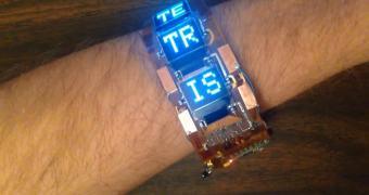 Não é o Moto 360 mas este bracelete roda o próximo sucesso dos cinemas, Tetris