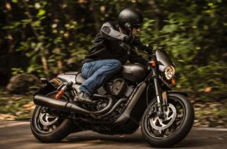 Street Rod de Harley-Davidson:  casco, guantes, ciudad… ¡Acción!