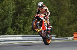 Márquez consigue la pole y será escoltado por las Ducatis