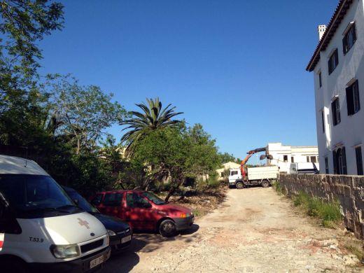 Maó acondiciona el solar anexo a la sede de la Cruz Roja