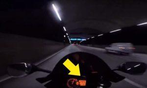 Motociclista acelera a 300km por hora