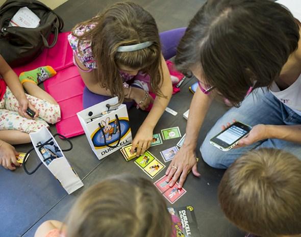 bambini giocano duracell