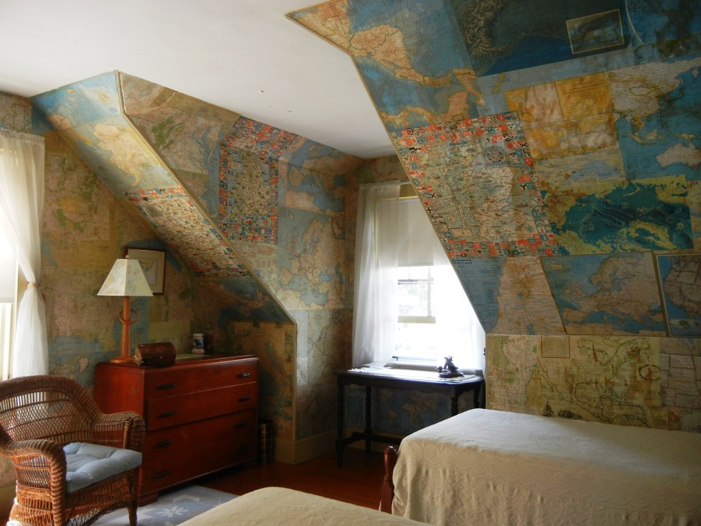 camera con mappe alle pareti
