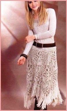 На фото девушка в юбке связаной крючком