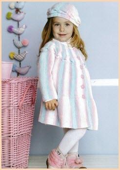 Прелестная девочка в вязаном пальто