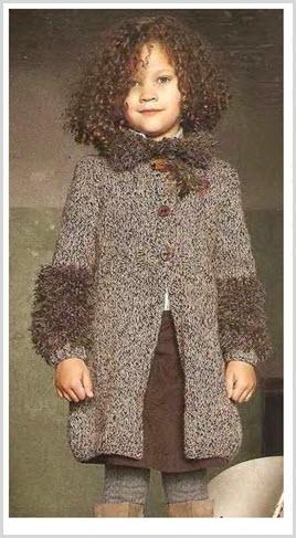 Девочка в пальто,украшенном букле