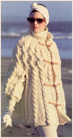 Вязаное пальто с рельефными узорами