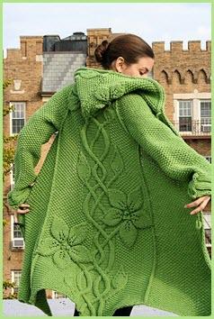 Зелёное пальто с капюшоном
