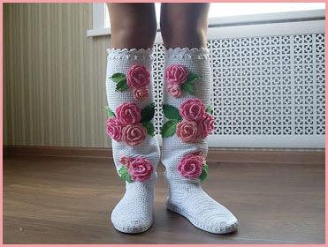 На фото белые сапожки с цветами