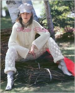 Девушка в вязаных брюках и блузе