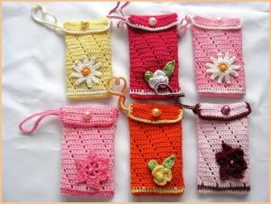 Целый набор вязаных чехлов для телефона