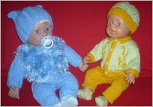 Две куклы в вязаных костюмчиках