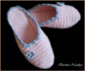 Розовые тапочки с голубыми цветами