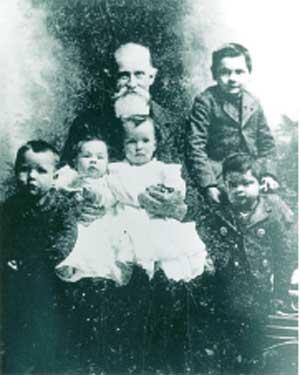 Photo courtesy of Wenatchee Valley Museum Sam Miller with the Freer children.
