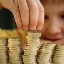Giới chuyên gia khuyên rằng cần dạy trẻ khái niệm về đồng tiền ngay từ lúc nhỏ.