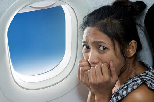 γυναίκα σε παράθυρο αεροπλάνου