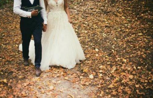 Νιόπαντρο ζευγάρι περπατά
