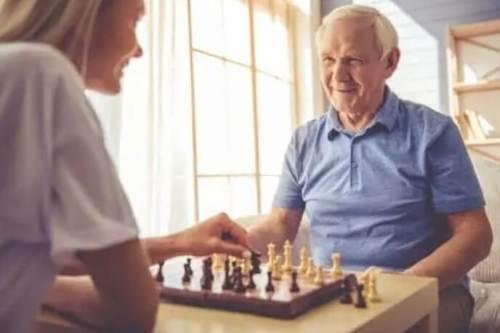 ηλικιωμένος παίζει σκάκι