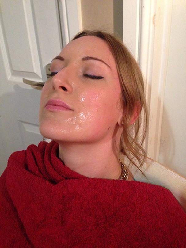 Tracy e sua máscara polêmica em ação! (Foto: Reprodução tracykiss.com)
