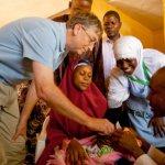 Bill Gatesが人間のおしっこから作った水を飲んで公衆衛生技術の重要性を訴える