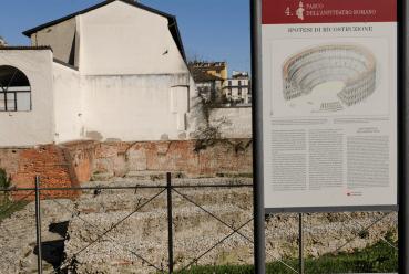 Gli scavi e un cartello esplicativo con la ricostruzione del grande anfiteteatro. (foto di Giacomo Artale)