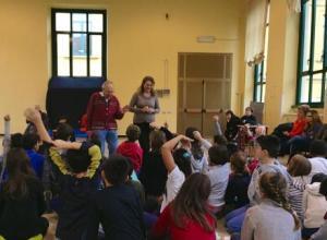 L'incontro di Arno Baehr con i bimbi della scuola Stoppani.