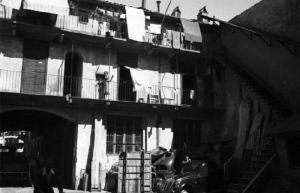 La vita nelle case di ringhiera, raccontata con grande umanità da Crapanzano (photo:lombardiabeniculturali)