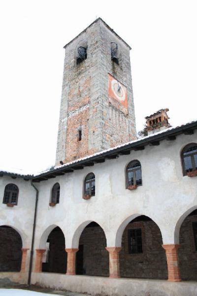 La torre campanaria della chiesa vista dal chiostro pentagonale