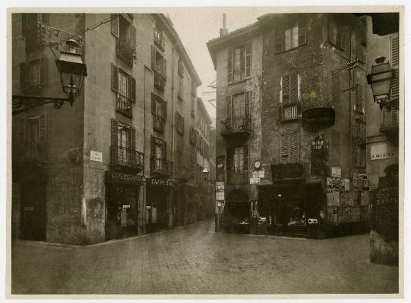 Una vecchia foto in cui viene immortalato l'edificio d'angolo tra la Via S. Marta e Via S. Maria Podone (autore Gigi Bassani)