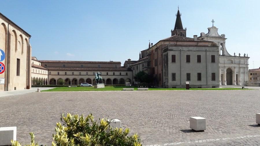 Il complesso del Polirone dalla piazza (foto di Robert Ribaudo)