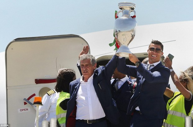 3628D4A600000578-3684274-Ronaldo_was_joined_by_manager_Fernando_Santos_as_Portugal_contin-a-117_1468241690697