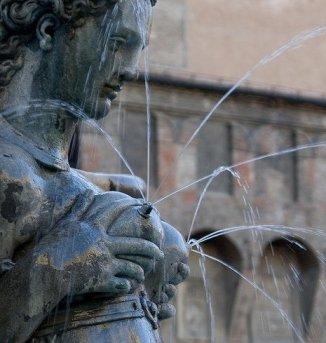 Foto de una escultura lactando