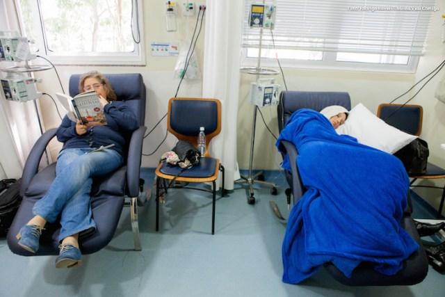 A minha mummy, na minha última quimio...aproveitou e pôs a leitura em dia :). Convide alguém para fazer o mesmo ;)