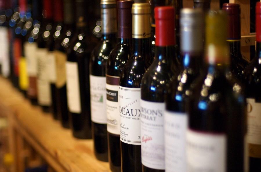 El vino, como otras bebidas alcohólicas, puede contener enzimas o aditivos. / Jeff Kubina