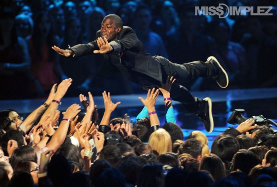 Kevin Hart stage dive