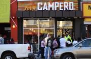 La gente comenzó a formarse afuera de Pollo Campero en la mañana de lunes. Foto por Claudia Escobar.