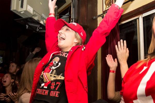 Una muchacha en Elixir celebrando a los 49ers. Foto de Marta Franco