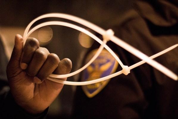 La policía estaba usando estos listones de plástico para detener a las personas. Foto de Lauren Kate Rosenblum.