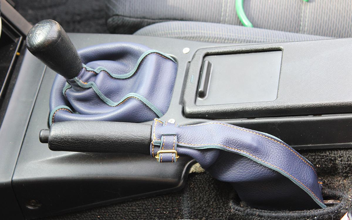 紺のシフトブーツとサイドブレーキブーツ