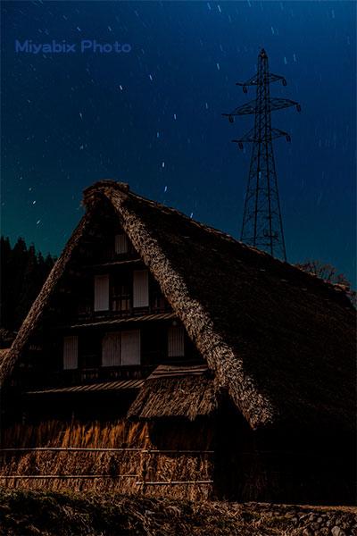茅葺屋根,星空,鉄塔