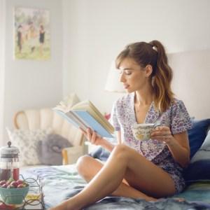 reading_in_bed_mlovesm_blogger_1