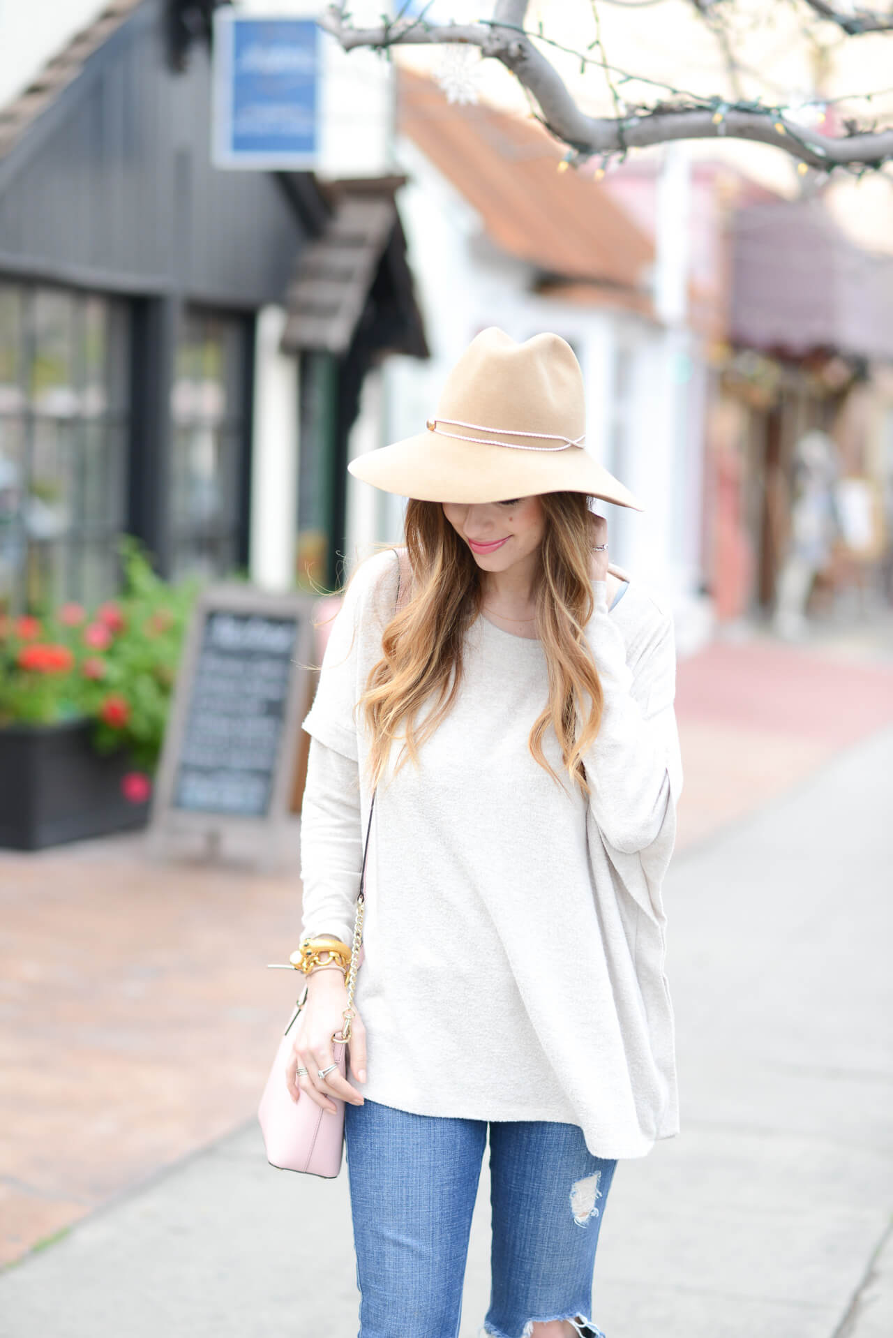 neutral spring outfit- beige sweater and wool hat