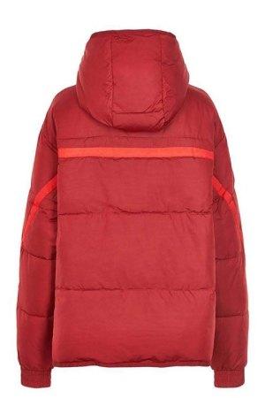 chaqueta corta por la espalda, donde se aprecia cinta y capucha, marca Nümph.
