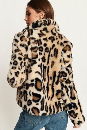 Chaqueta corta Nova de estampado leo, vista por la espalda.