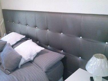 Cabecero de cama con botones blancos
