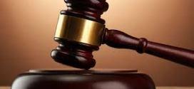 رئيس المحكمة العليا يوقف العمل عن مساعدين قضائيين