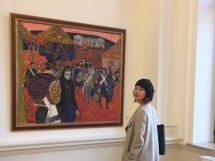 Otilia Vlasov admiră lucrările pictorului Mihai Grecu la Muzeul Național de Artă al Moldovei. FOTO: Arina Crețu
