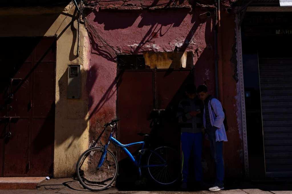 Wedding photographer in Morocco - boys in shadows