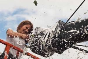 explosion d'une bouteille de champagne sur une coque de bateau