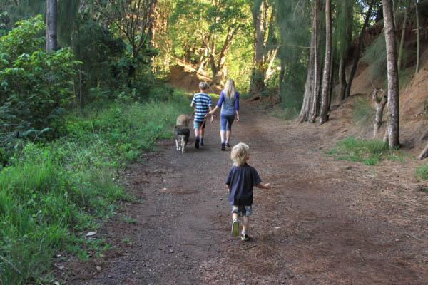 Kids walk, Pupukea at thegormmom.com